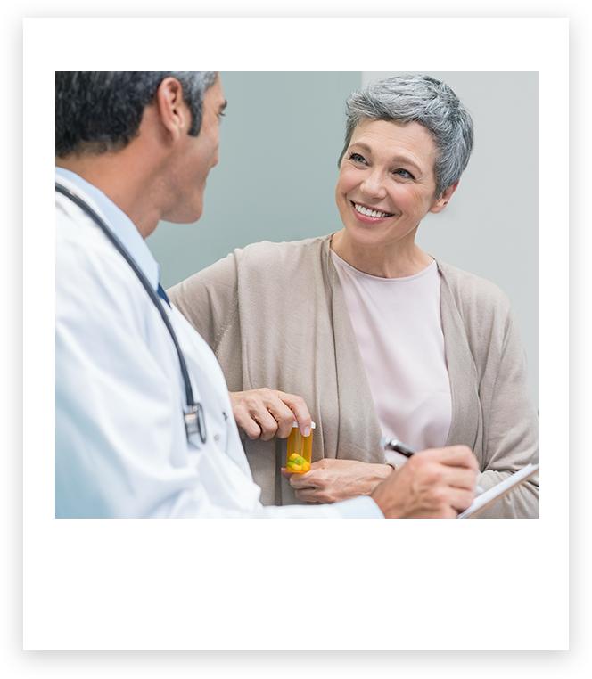 Il medico parla con un paziente sorridente che sta parlando