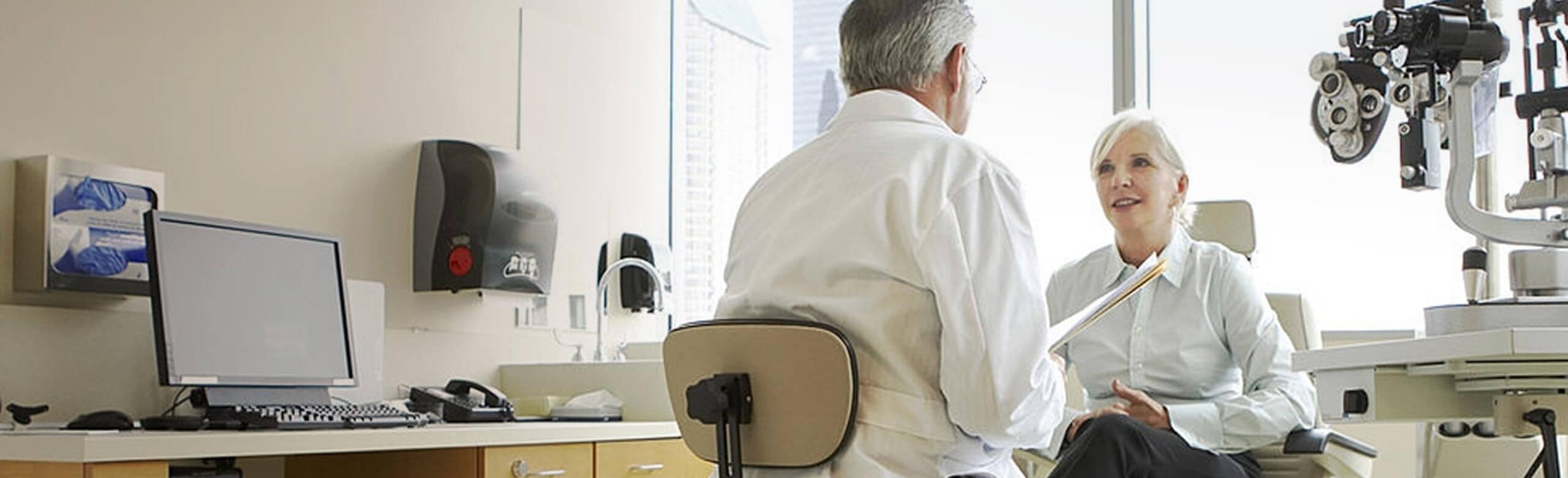 Oculista e paziente mentre parlano in un ambulatorio