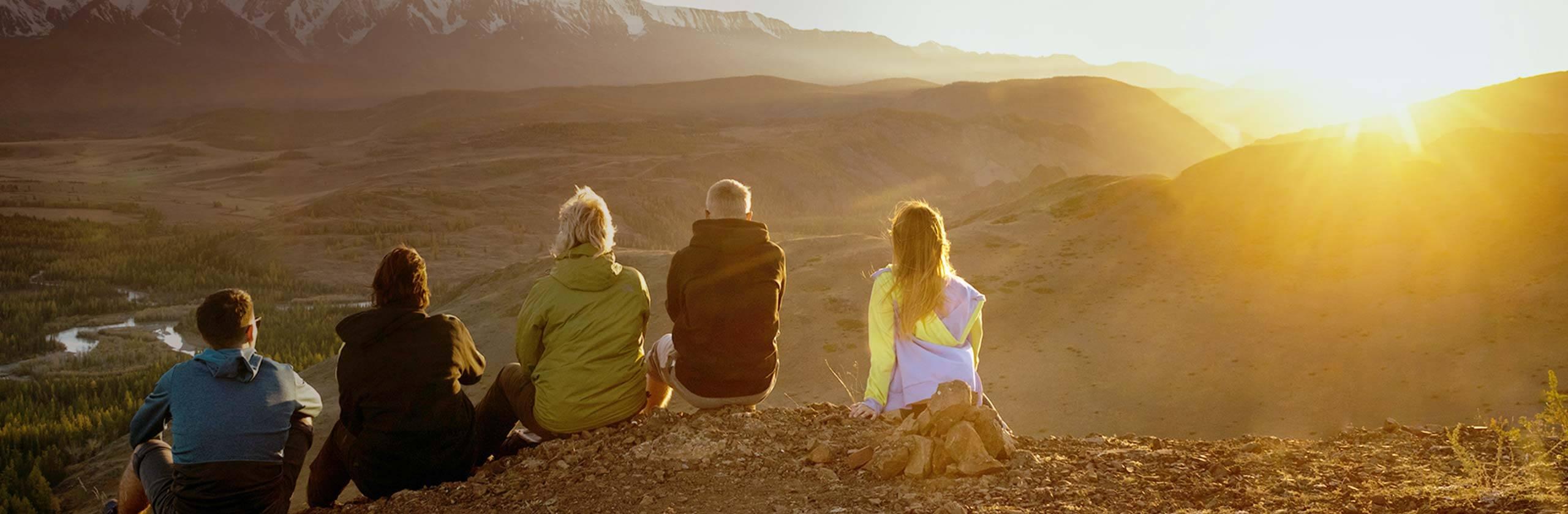 Una famiglia che ammira i panorami di montagna