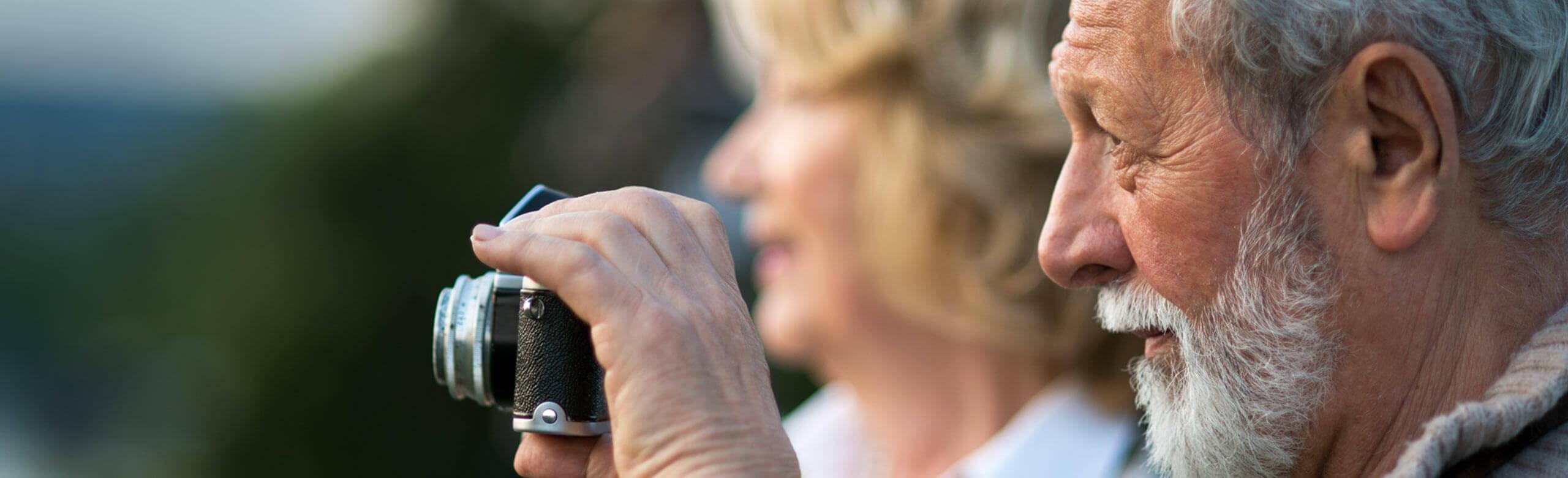 Un uomo tiene in mano una macchina fotografica