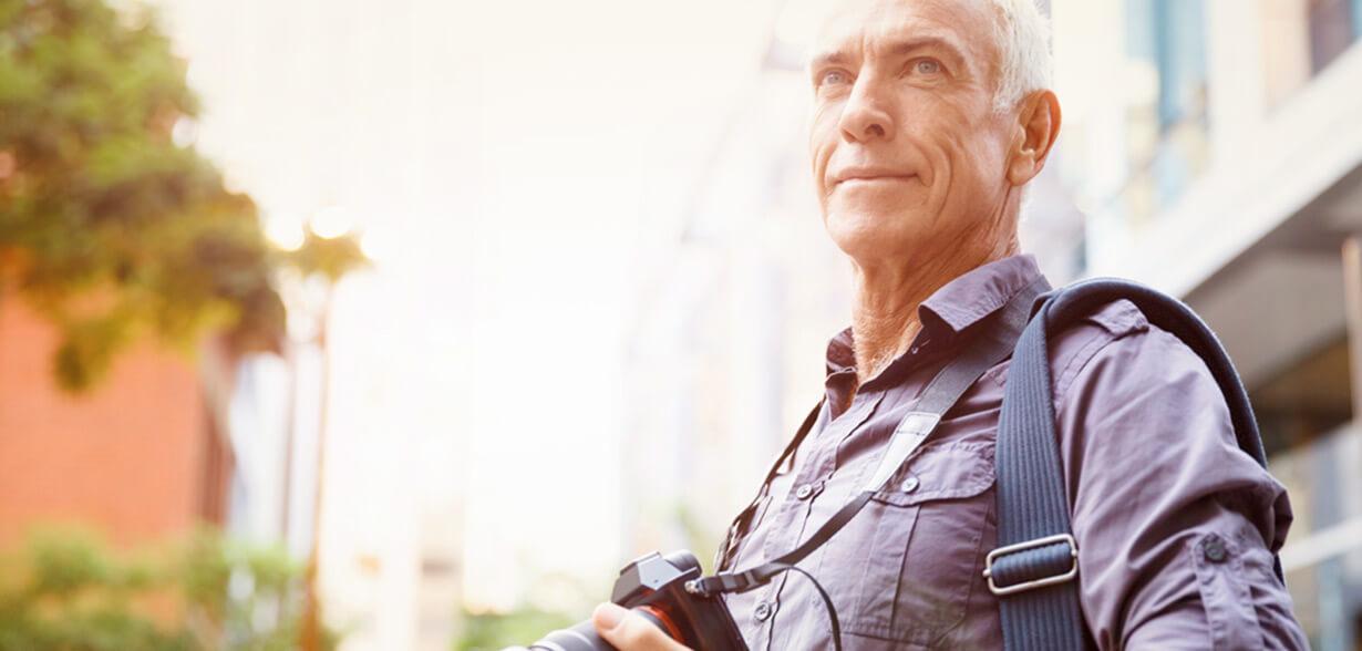 Uomo con macchina fotografica al collo