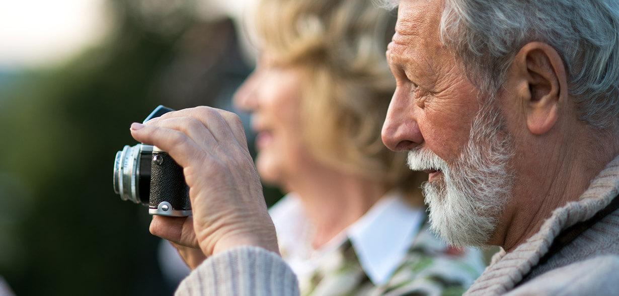 Un uomo scatta una fotografia con una macchina fotografica